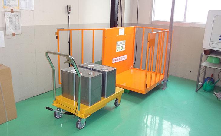 小型電動リフト-倉庫
