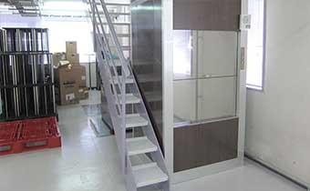 工場の小荷物専用昇降機