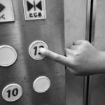 エレベーターのボタンを押している様子
