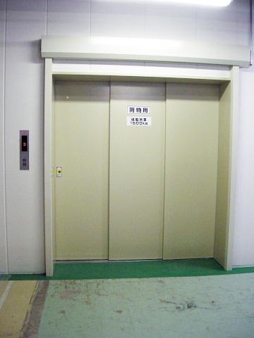 荷物用エレベーターの設置事例1