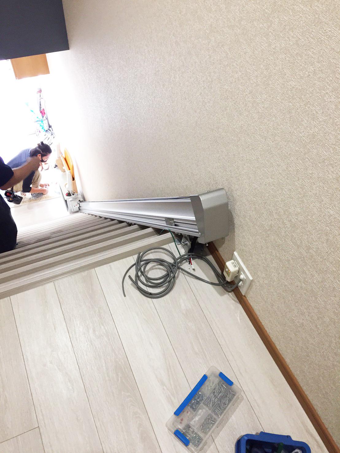 設置作業中のいす式階段昇降機