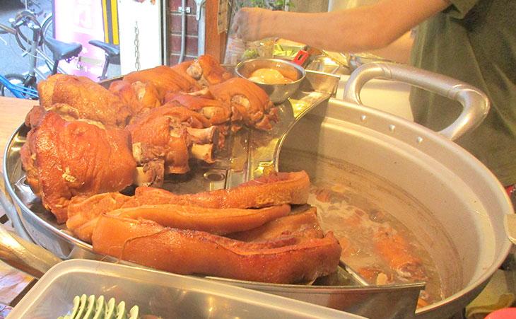 煮こまれている豚