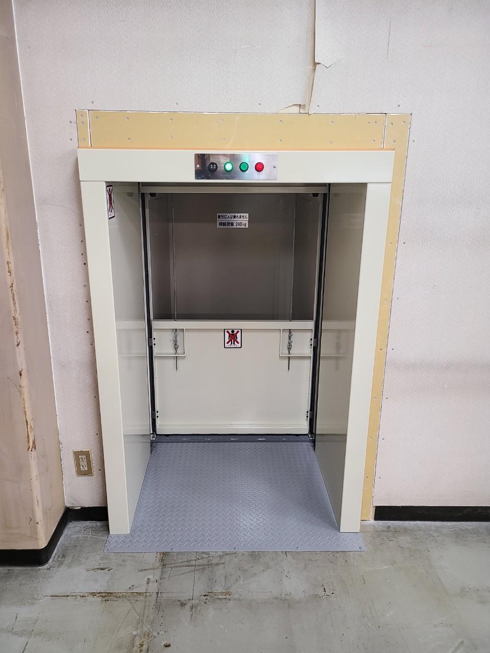 カゴ扉があることで、荷崩れを防ぎます