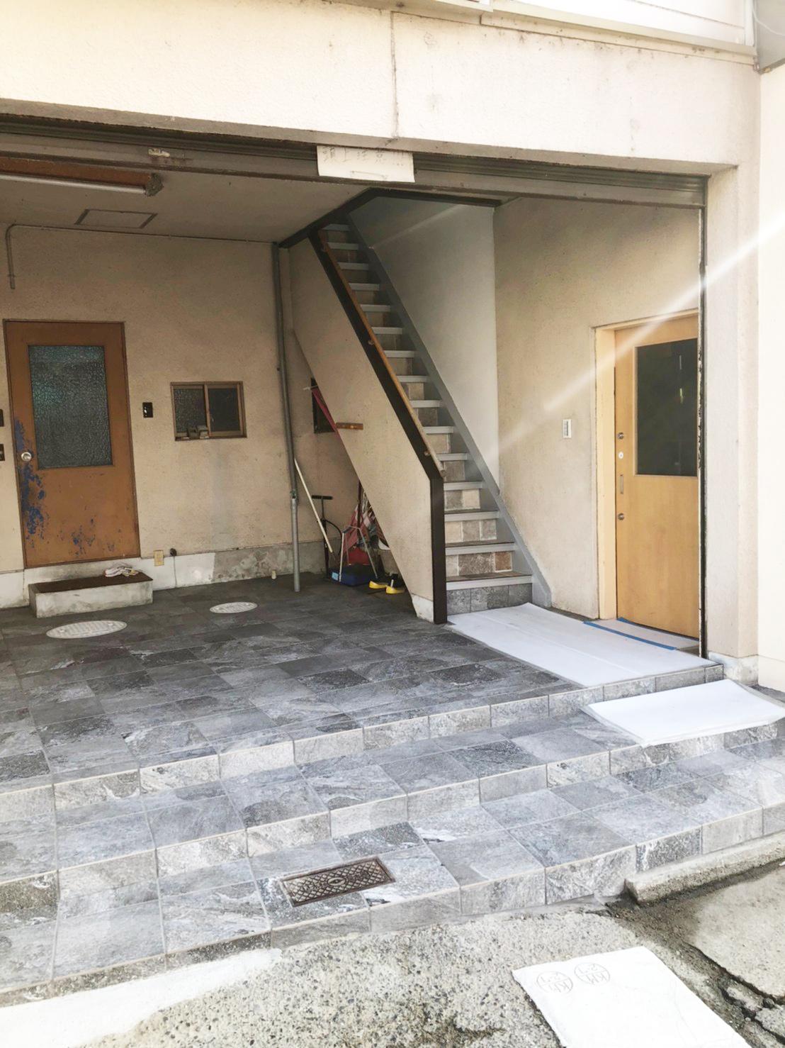 階段の入り口が道路に面していました。