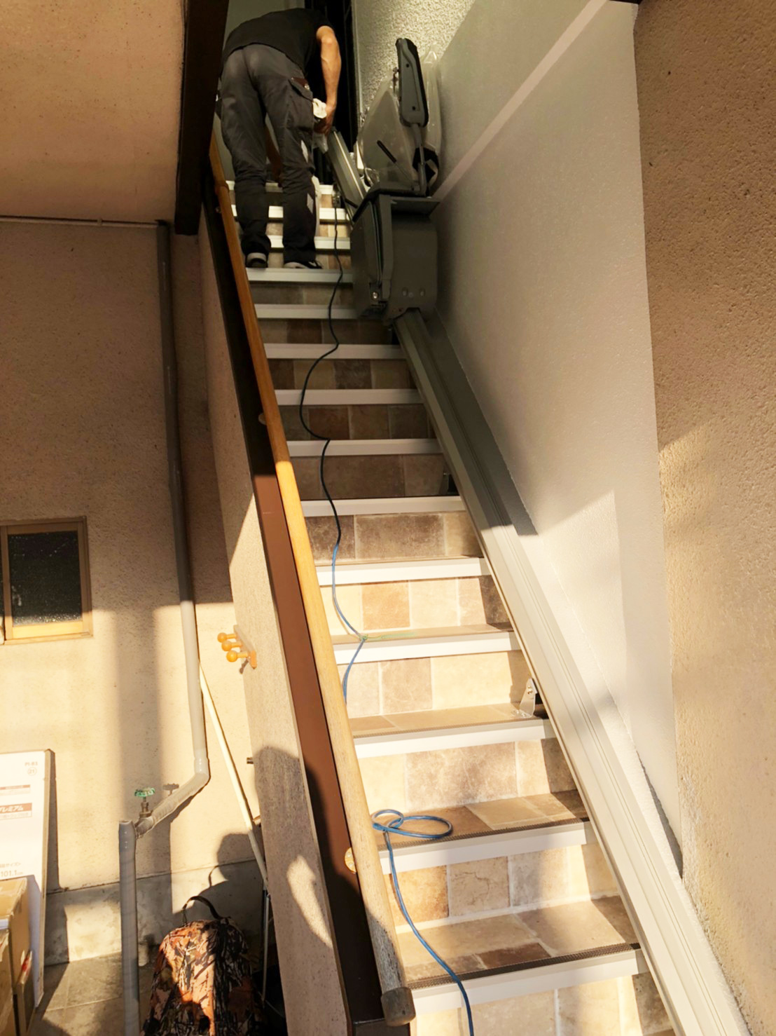 設置作業途中のいす式階段昇降機