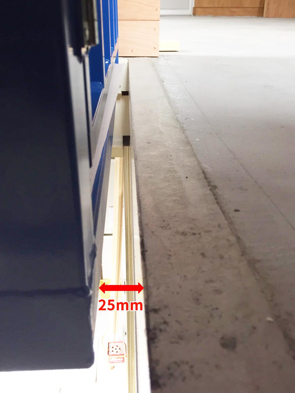 リフトと積卸口との間に隙間が25mm必要